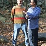 Chris Uhl e Beto Veríssimo conversam durante caminhada por um bosque nos arredores de State College, na Pensilvânia
