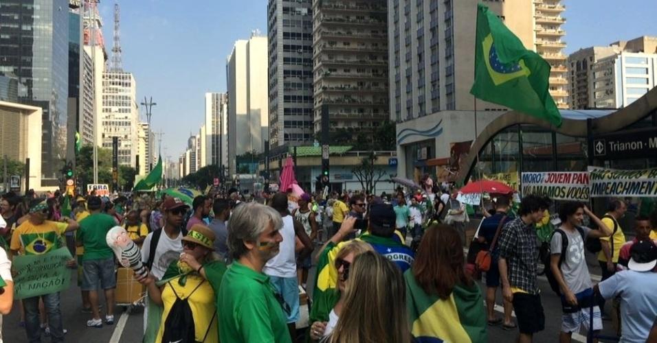 Manifestantes concentrados em frente à FIESP