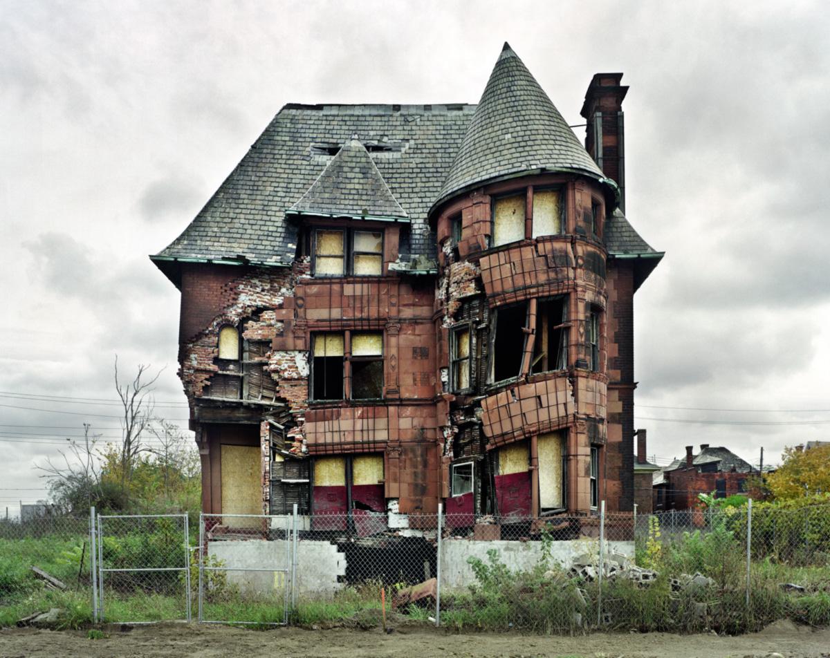 Durante duas gerações, 60% da população abandonaram Detroit ─ brancos na maioria, trocaram a metrópole por subúrbios protegidos da pobreza e do fisco municipal; agora o plano para superar a falência decretada no ano passado é atrair gente bem de vida de volta ao Centro da cidade