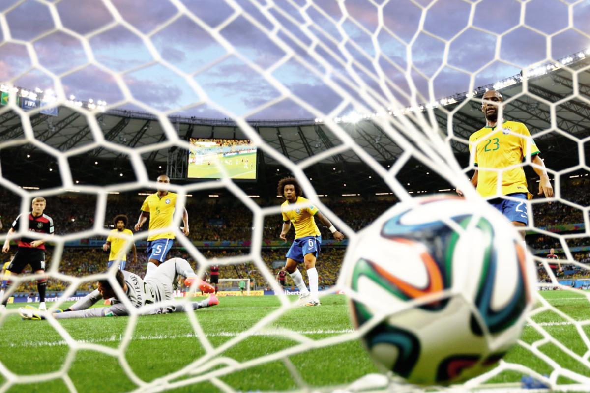 O futebol é o único esporte com disparidade tão grande entre o possível (as jogadas, a iminência do gol) e o efetivamente realizado (o placar final); o 7 x 1 da Alemanha pertence às raras exceções em que não dá para imaginar outras possibilidades