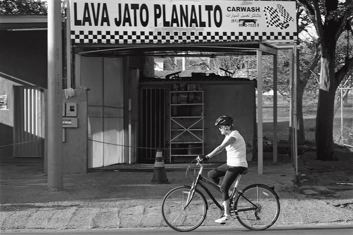 Enredada pelas pedaladas fiscais, que embasaram o pedido de impeachment, Dilma passou os anos de 2015 e 2016 fazendo dieta e andando de bicicleta, sempre seguida por dois militares e um <i>personal trainer</i>; as imagens, além de involuntariamente irônicas, eram uma espécie de metáfora perfeita para algo pouco compreensível, e foram exaustivamente usadas pela imprensa na cobertura da crise