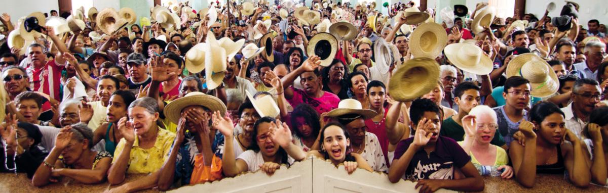 Entre o final do século XIX e início do XX, padre Cícero promoveu milagres contestados pelo Vaticano, aliou-se a jagunços e coronéis, atuou como líder político e enriqueceu, tornando-se uma das figuras de maior devoção popular no Brasil. À época repreendido e quase excomungado pela Igreja, passou a ser visto mais recentemente como possível antídoto ao crescimento dos neopentecostais