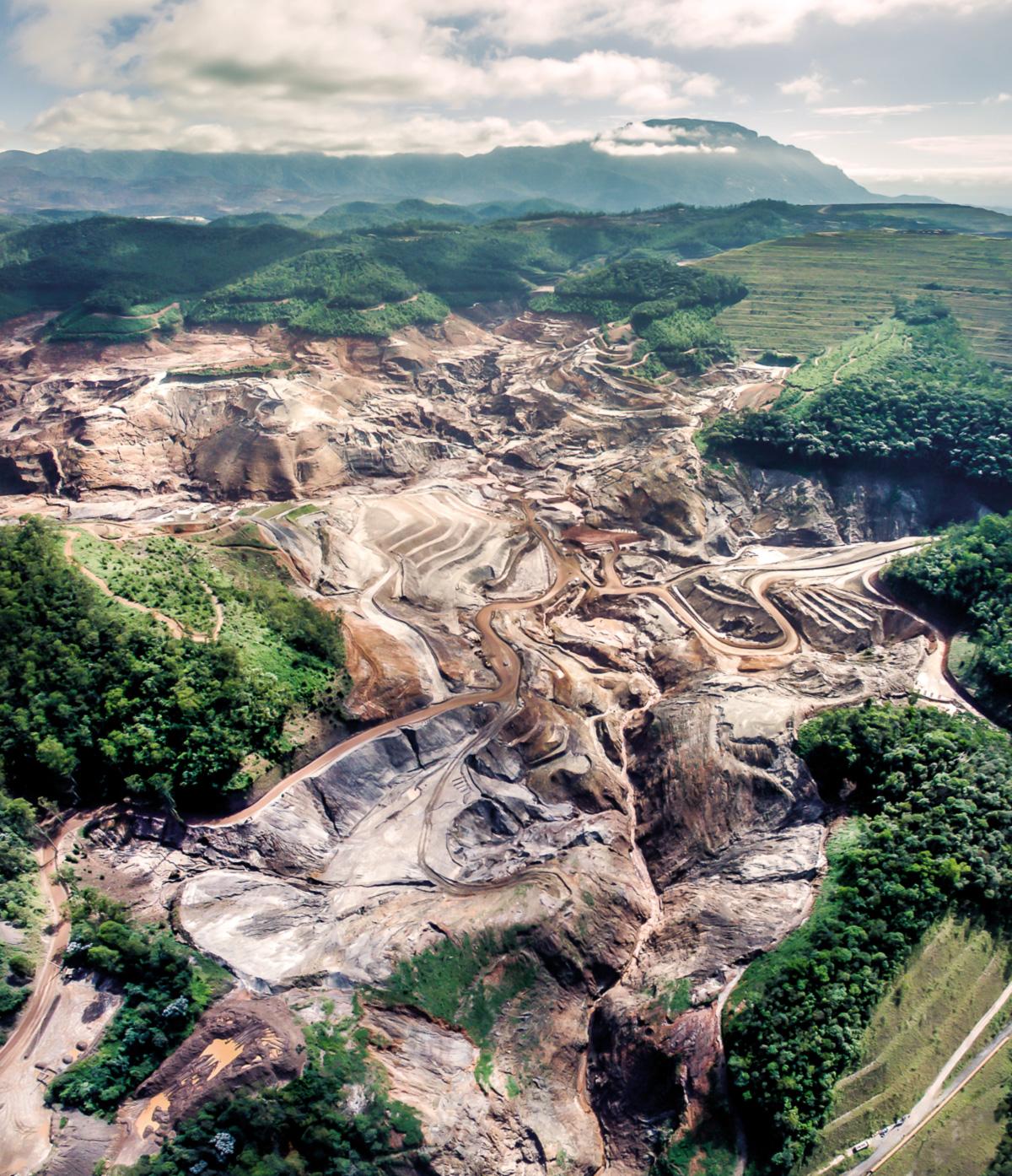 O volume de rejeitos armazenado na barragem de Fundão correspondia a quase dez vezes o volume da Lagoa Rodrigo de Freitas; veio tudo abaixo