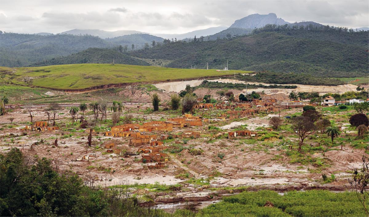 Primeiro vilarejo a ser apanhado pela avalanche, Bento Rodrigues, erguido no século XVIII, deixou de existir em apenas meia hora. Ali, a lama invadiu tudo, matou cinco pessoas e impactou para sempre a natureza ao redor