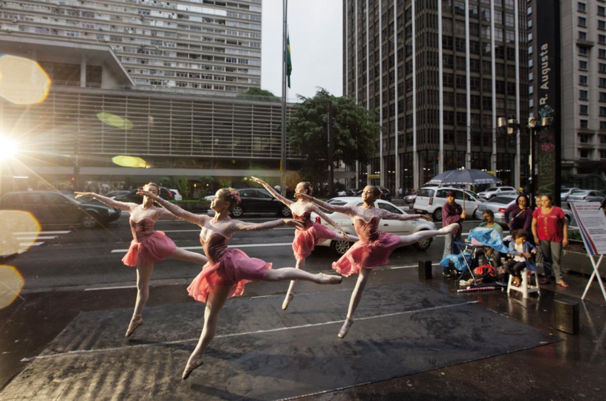 Em meio ao barulho do tráfego, e apesar da pressa dos transeuntes, as meninas arrecadaram 500 reais em cada apresentação de balé clássico