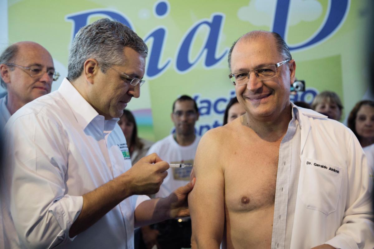 """Geraldo Alckmin entregou o braço à seringa de Alexandre Padilha na última campanha de vacinação. Longe dos jornalistas, o tucano já disse que o ministro do PT é um """"político muito jeitoso"""", enquanto Dilma cobra dele mais foco na gestão e critica o excesso de viagens, a maioria delas para São Paulo"""