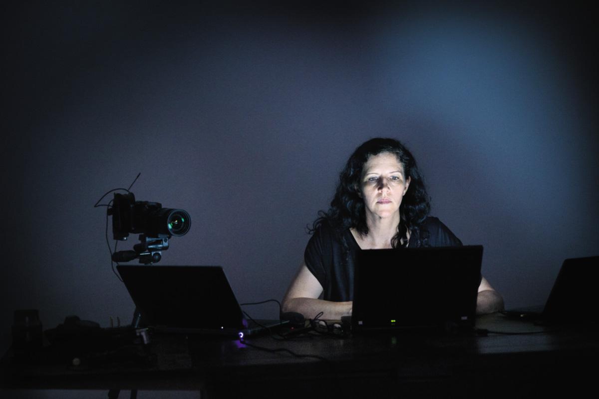 Laura Poitras usa pouco o celular, utiliza programas que mascaram os sites que visita, criptografa os e-mails mais delicados e trabalhar com computadores diferentes: um para editar seu filme, outro para se comunicar e um terceiro, sem conexão com internet, para ler documentos confidenciais