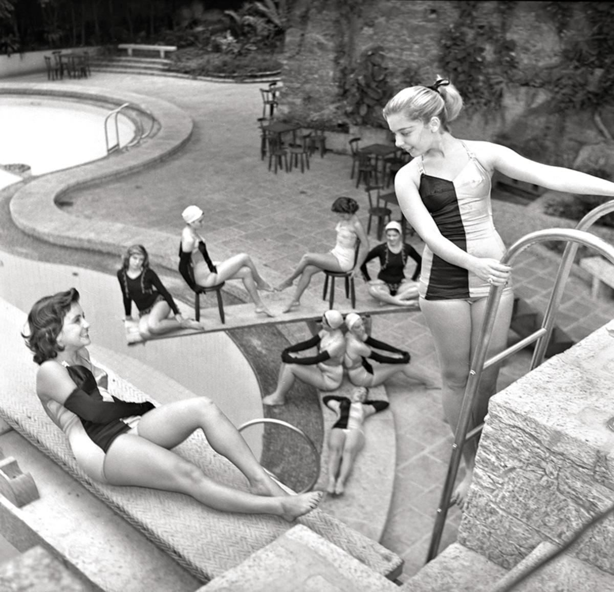 Modelos que participavam de um concurso de beleza, na piscina do Hotel Glória, em 1953