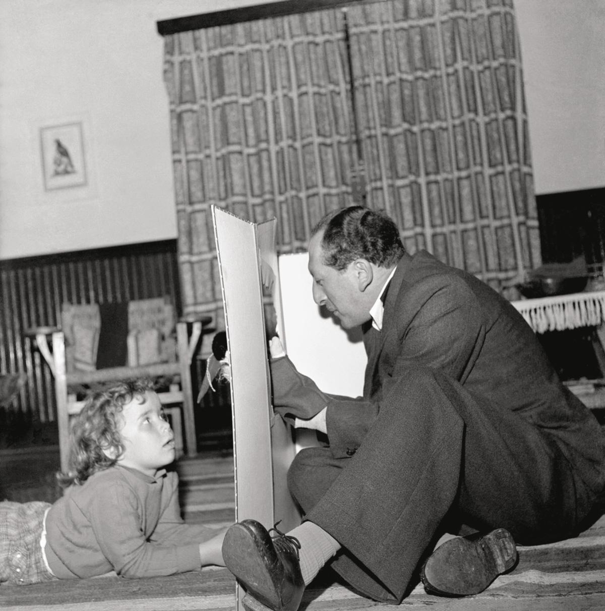 O crítico teatral Anatol Rosenfeld com a filha da fotógrafa Hildegard Rosenthal. A experiência de caixeiro-viajante inspirou escritos que provocaram a comunidade judaica a que pertencia