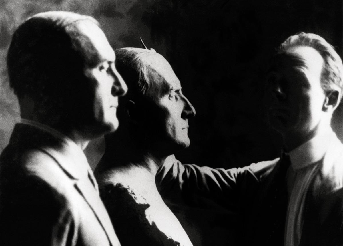 Maurício de Lacerda, pai de Carlos, posa para o escultor de seu busto; dirigente da Aliança Liberal, em 1930 ele levantou as massas cariocas contra o governo de Washington Luís
