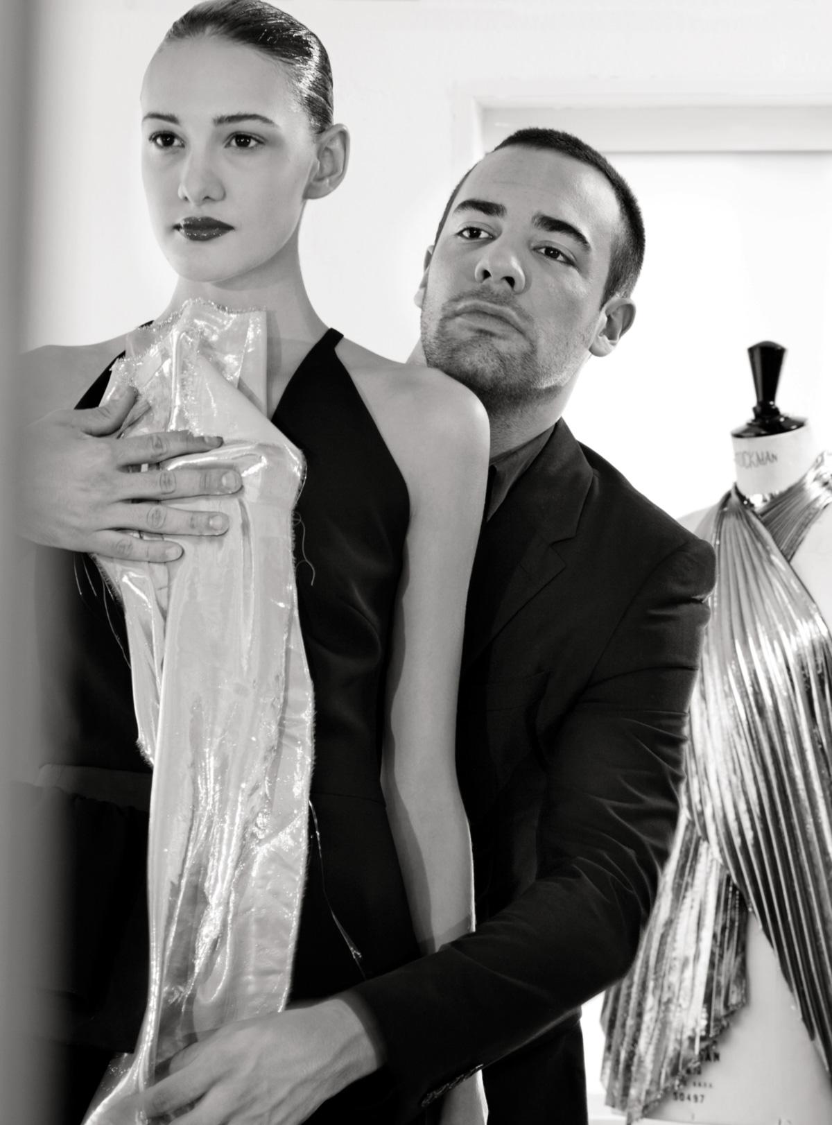 """""""A brasileira quer roupa que mostre o peito com silicone, a barriga malhada. Ela só gasta dinheiro em vestido de casamento. E tem que ser   tomara que caia e comprido"""", disse Lourenço"""
