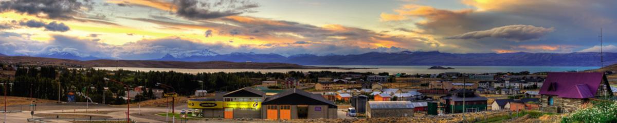 El Calafate fica à beira do lago Argentino, um imenso espelho d'água que se estende até o Parque Nacional Los Glaciares, numa paisagem de   estepes e ventos incessantes. A cidade, um dos principais centros turísticos da Patagônia, foi adotada pelos Kirchner, que ali fizeram sua   casa de campo e seus investimentos hoteleiros e imobiliários, a partir da compra de terrenos públicos