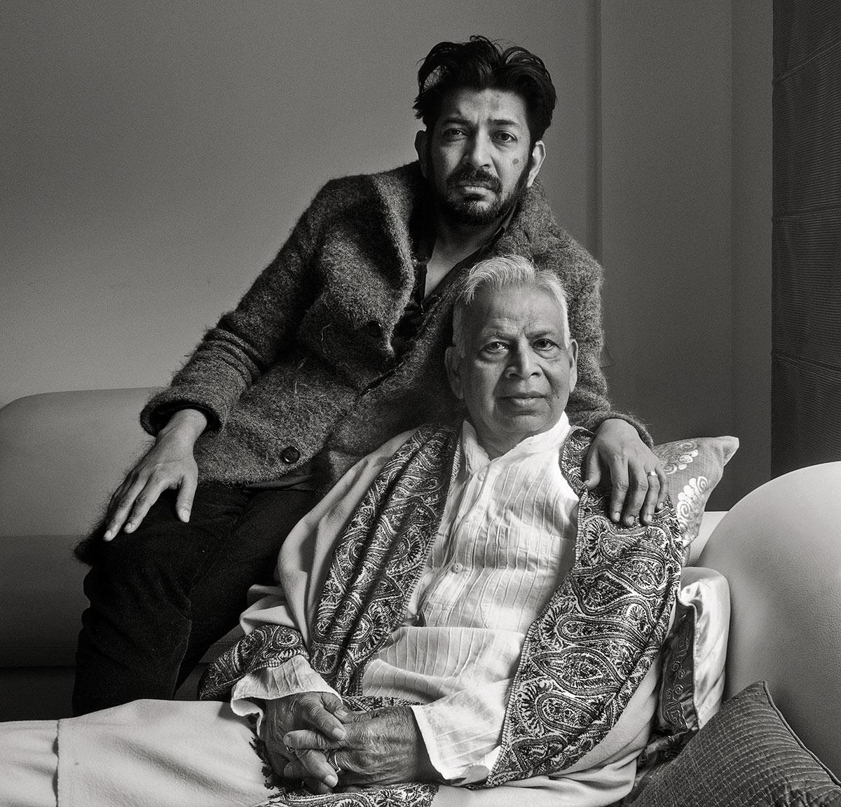 Siddhartha Mukherjee e seu pai. A loucura acompanha a família há muitas gerações; dois dos quatro tios paternos do autor sofreram com variados tipos de doenças mentais
