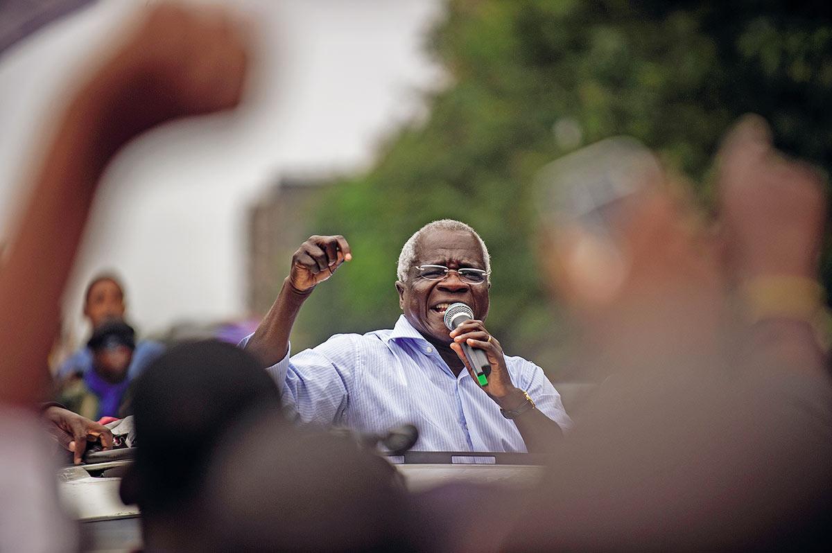 Afonso Dhlakama, líder da Renamo, tenta controlar províncias no centro e no norte de Moçambique. O grupo de oposição se queixa do sistema eleitoral e de fraudes em votações, que favoreceriam a Frelimo, no poder desde a independência