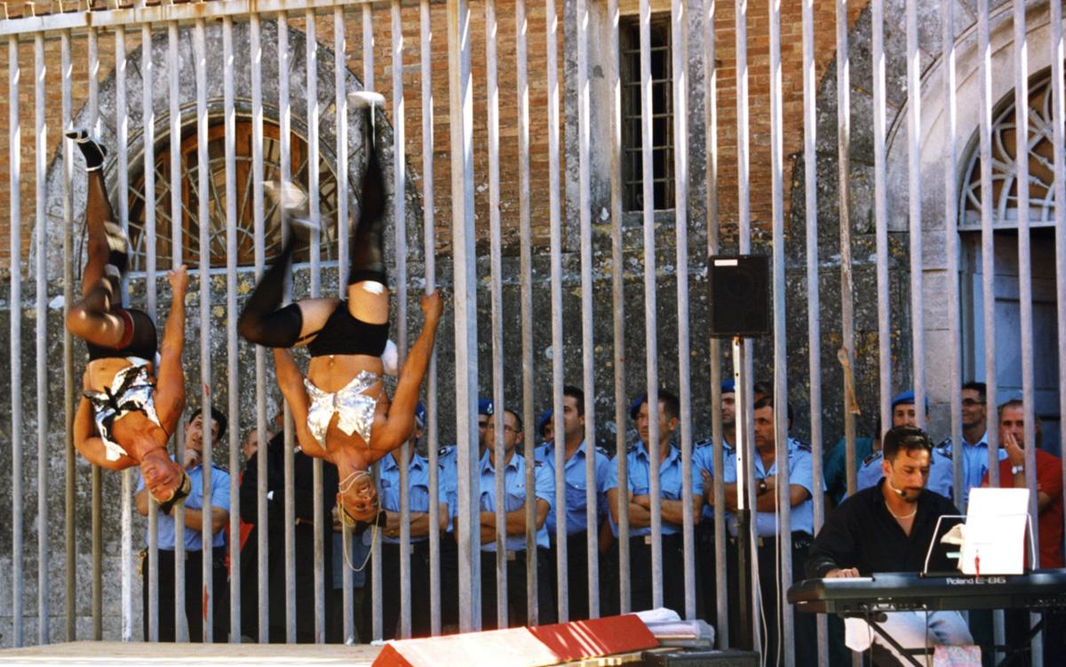 Um elenco de presos que vira o cárcere pelo avesso e festivais de alta cozinha servidos no verão por seus internos tornaram a casa de reclusão de Volterra o que há de mais italiano em matéria de segurança máxima numa penitenciária medieval