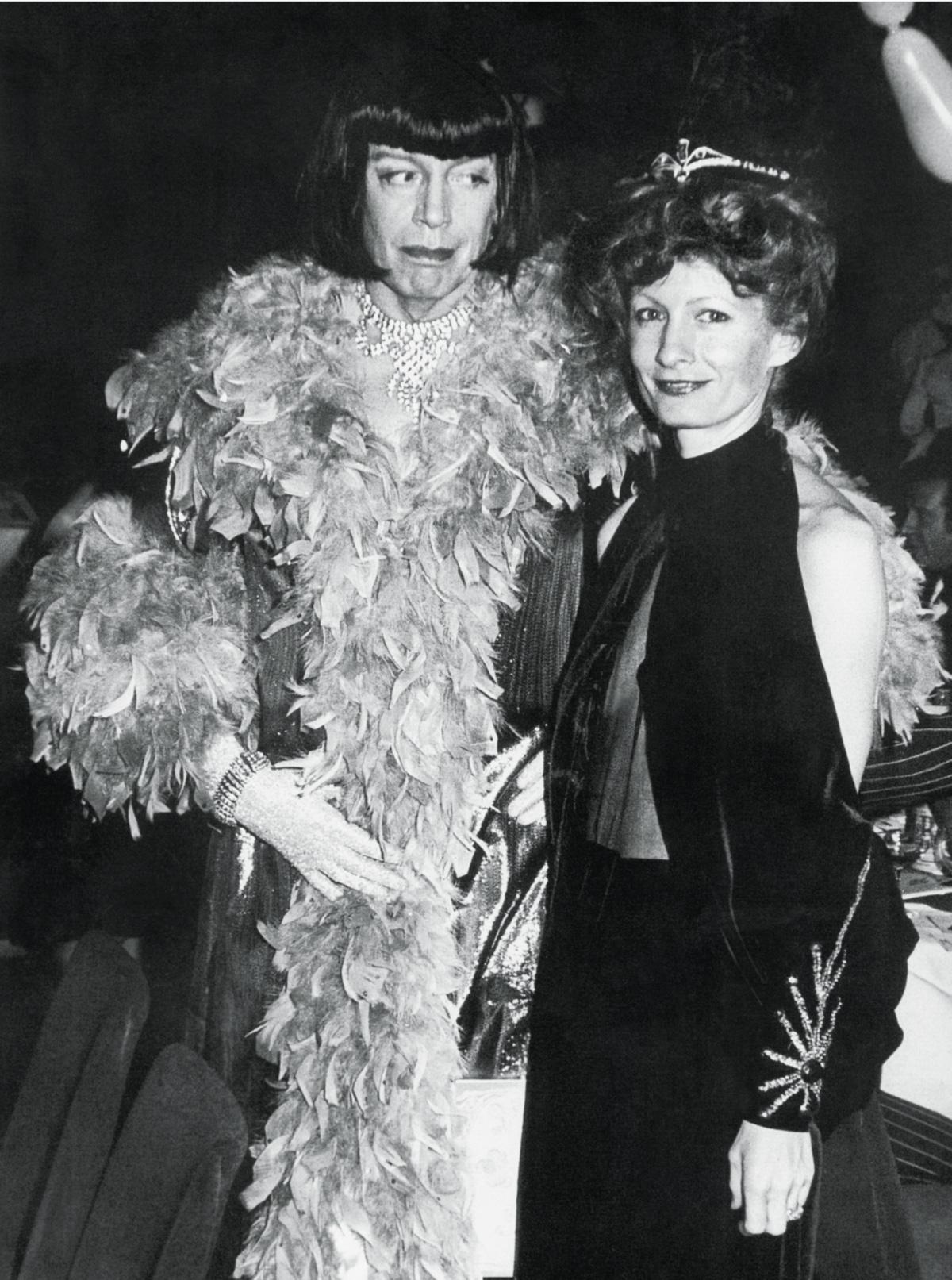 Tynan (à esquerda). com Kathleen, vestiu-se de mulher com um peignoir de lamê, com lantejoulas, meias pretas e uma peruca, e raspou as pernas para um baile inspirado nos anos 20