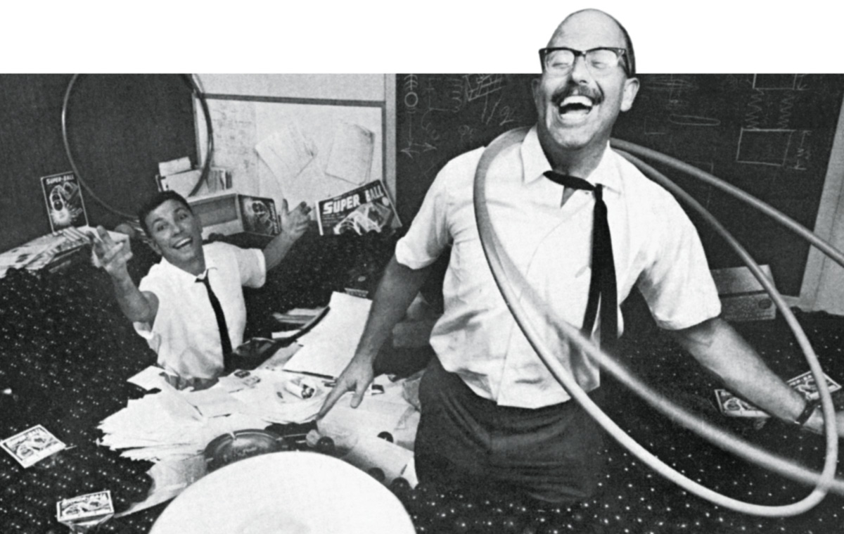 Richard Knerr se divertindo adoidado com dois bambolês, enquanto seu sócio de maluquices Arthur Meln joga um Frisbee na direção do leitor