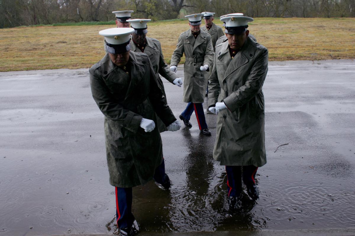Guarda de honra dos fuzileiros navais de Hugson, Califórnia, ensaia o ritual de carregar o caixão para mais um funeral de morto em combate na guerra do Iraque. Já são 125 os cemitérios militares espalhados pelos Estados Unidos