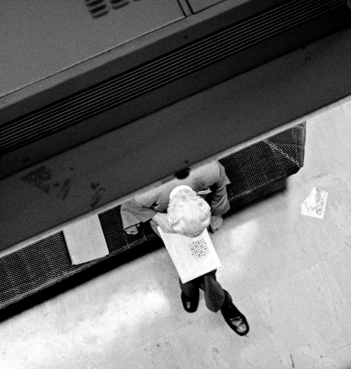 Pausa para palavras cruzadas na Bolsa de Valores de Londres: uma obsessão solitária, intimista e bela que, para os puristas, exige o engajamento absoluto da mente