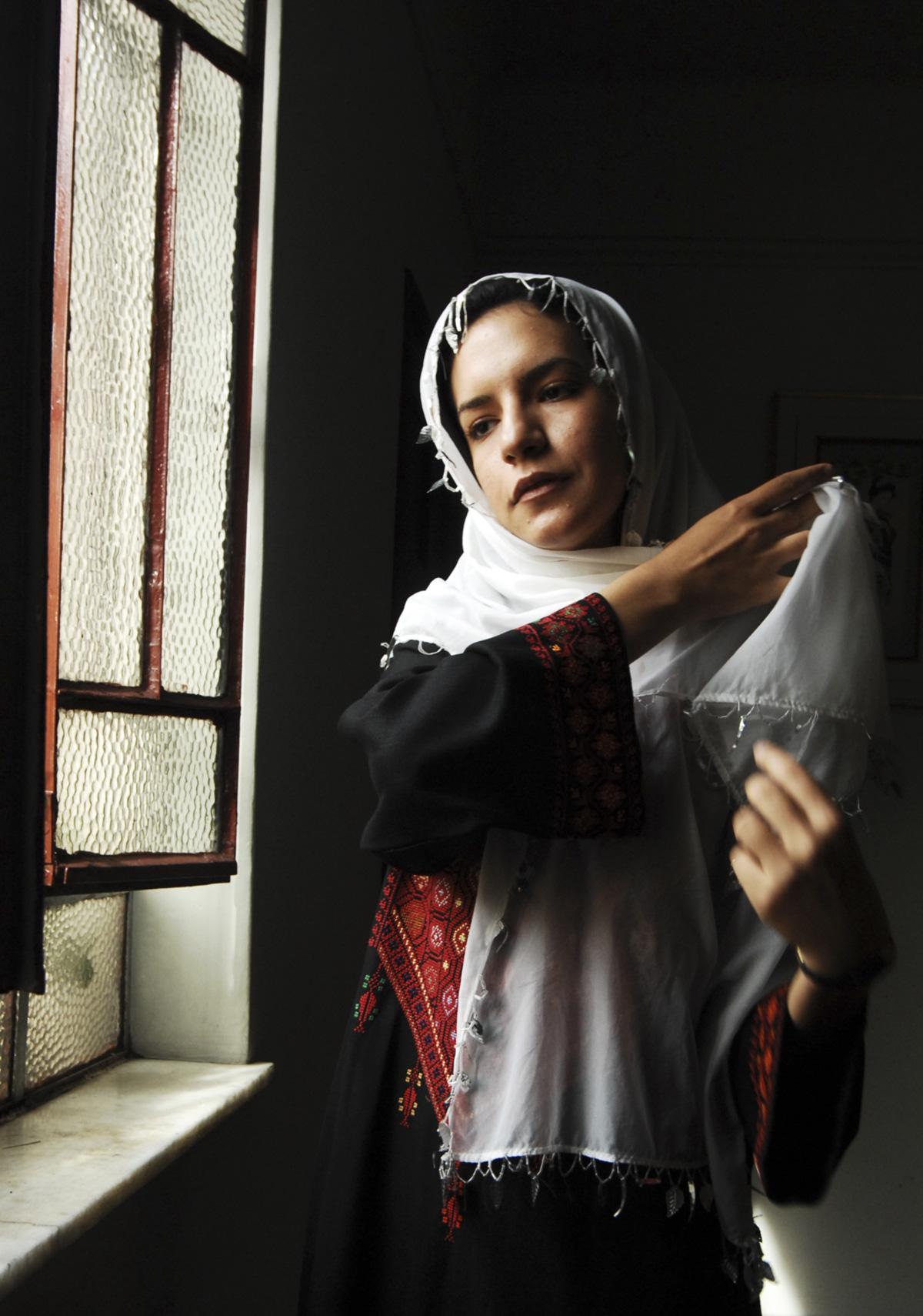 """Meio ano após aportar em Mogi, a jovem palestina constata: """"Não saber falar português é estar numa prisão de muros altos da qual não consigo escapar e onde morrerei, se não sair"""""""