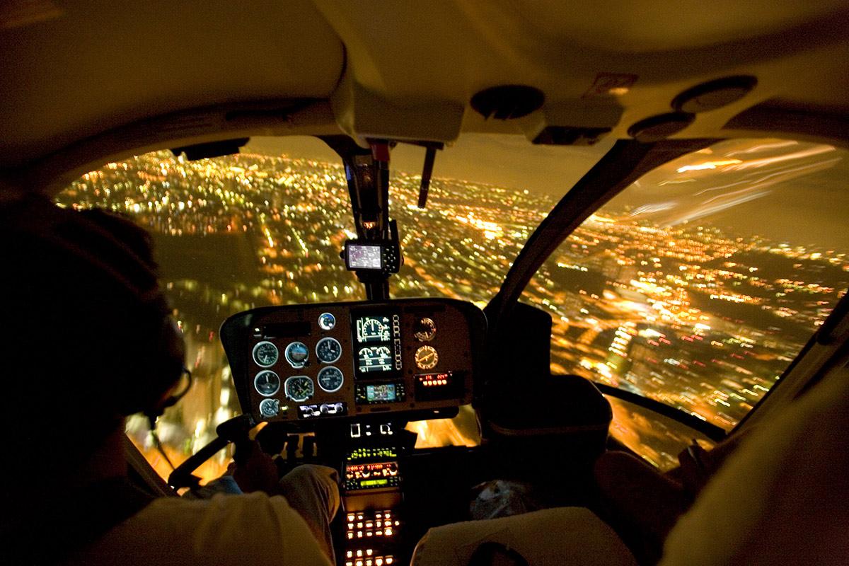No Brasil, voa quem quer, a hora que bem entender, em qualquer modelo de helicóptero, a apenas 150 metros do chão. É comum os donos exigirem dos pilotos manobras ilegais de aterrissagem, como pousar no campo de futebol da casa de um amigo, voar mais baixo que o limite ou usar helipontos sem autorização da prefeitura