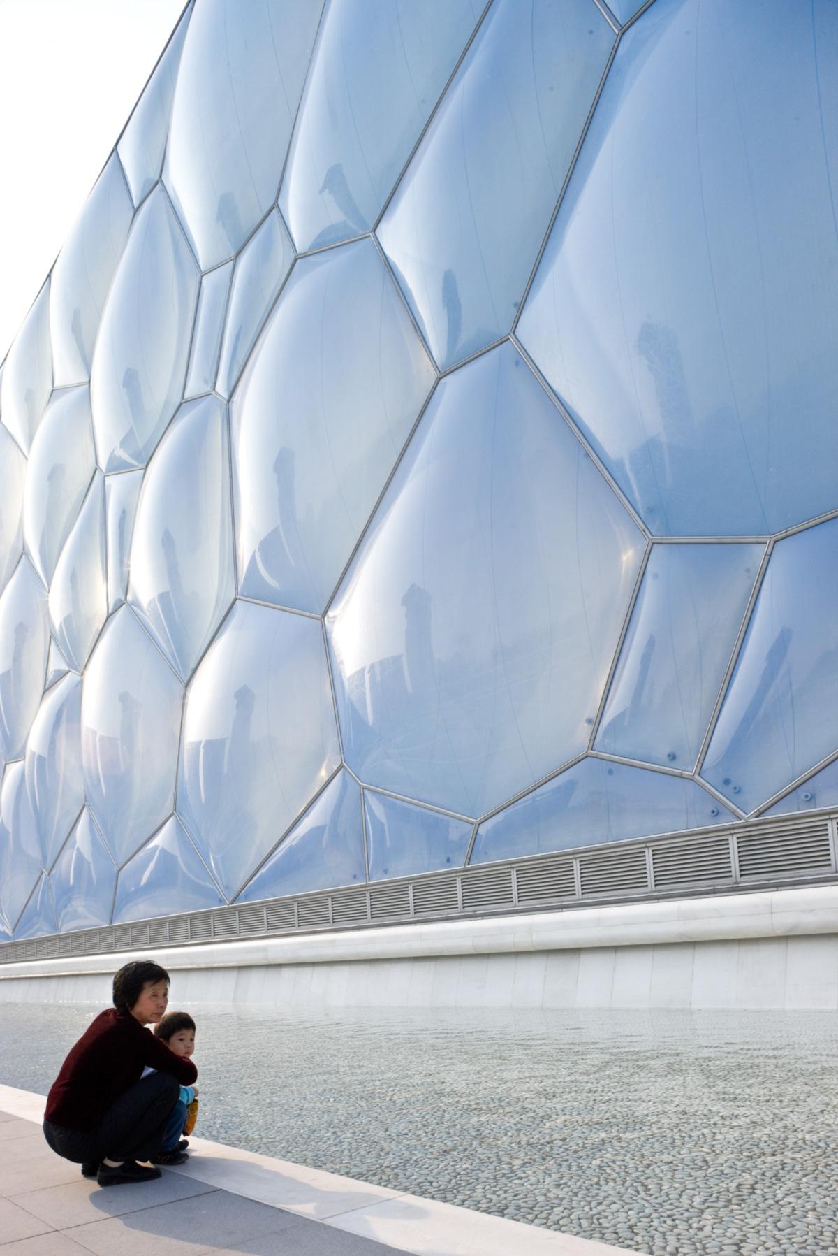 O revestimento de almofadas de plástico translúcido que evoca bolhas é a marca do Cubo d'Água