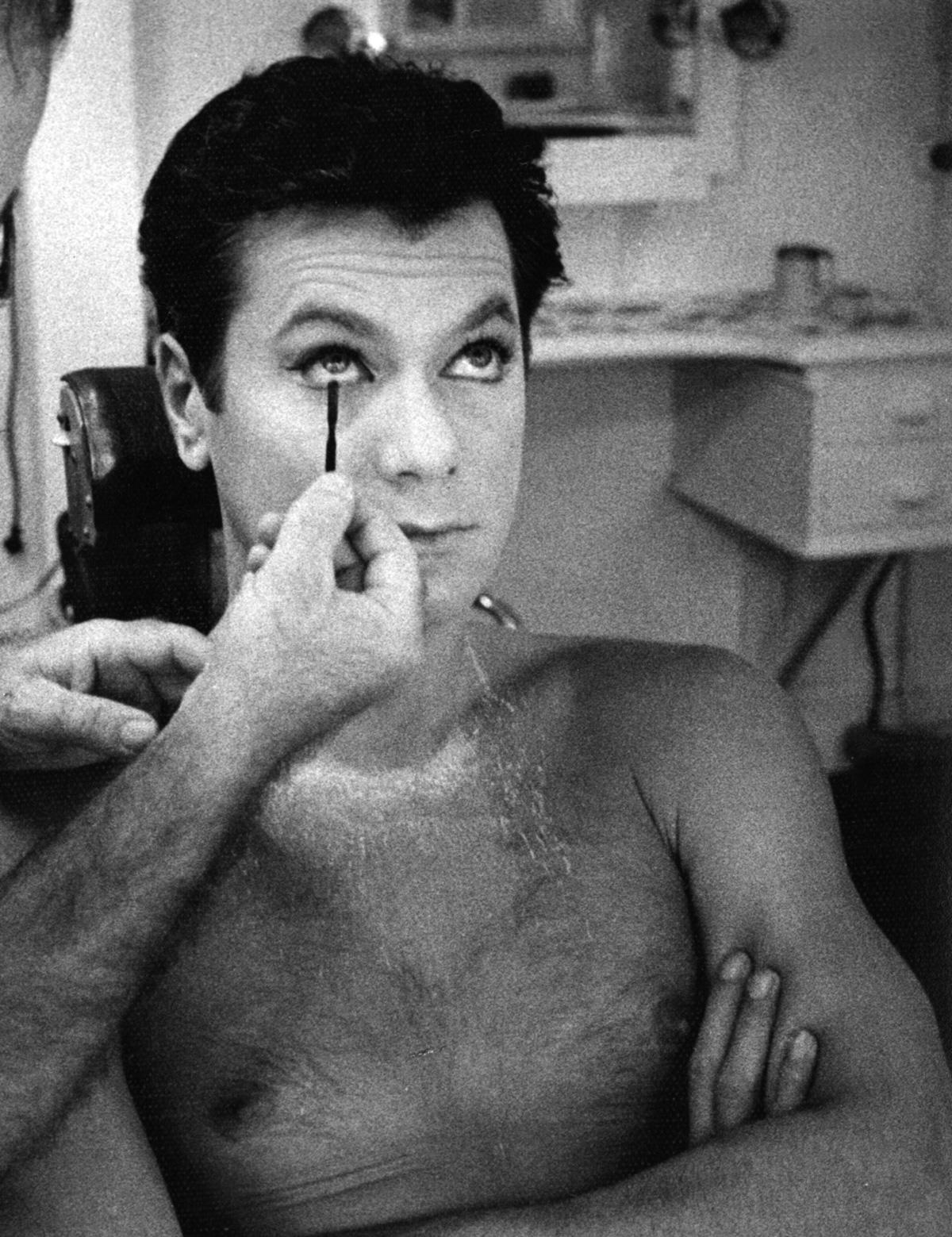 Em Quanto mais quente melhor, Tony Curtis se traveste não só como nunca se havia visto, mas também como jamais se viu desde então. Ele acredita no papel, e nós acreditamos nele