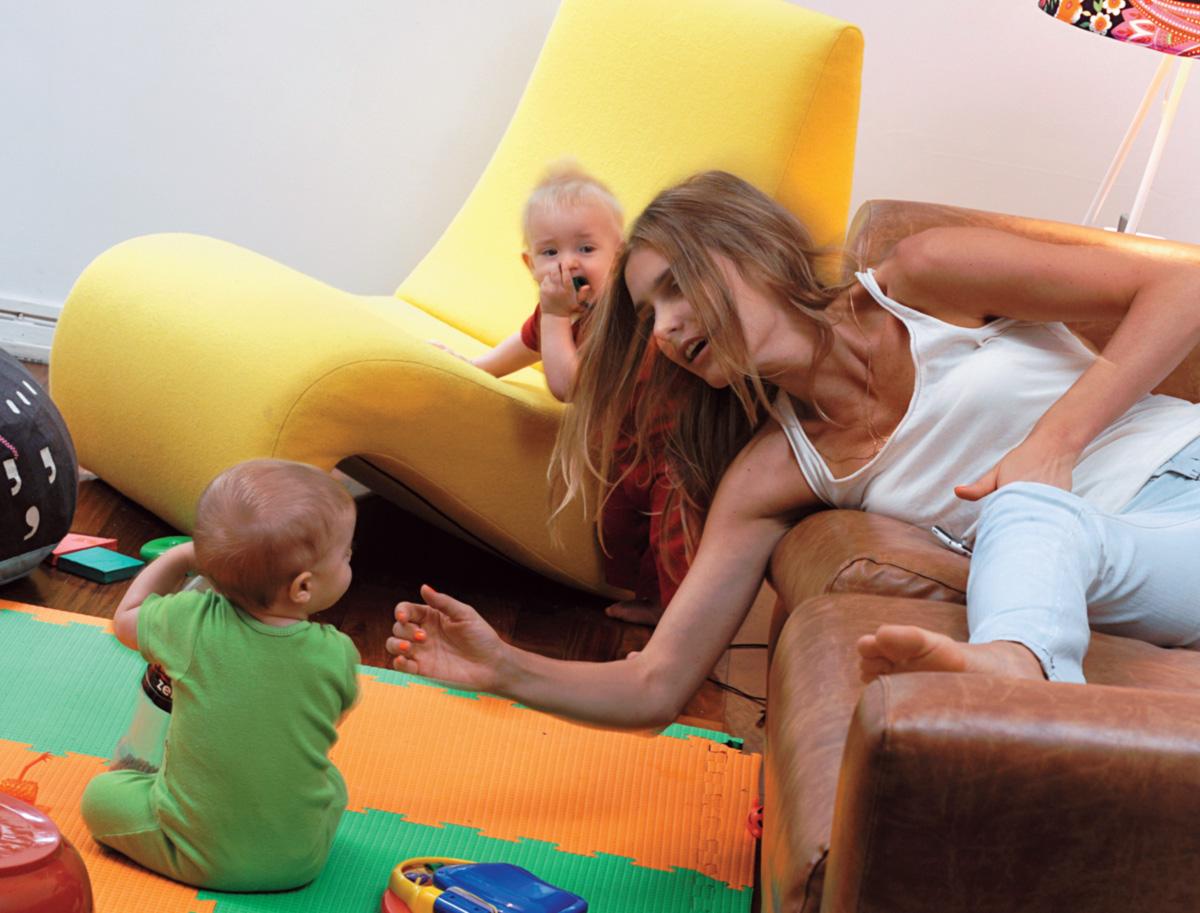 """Mãe de primeira viagem e celebridade que rala, Fernanda se equilibra entre os filhos e os múltiplos compromissos. """"Publicidade dá mais dinheiro do que passarela ou tevê"""""""