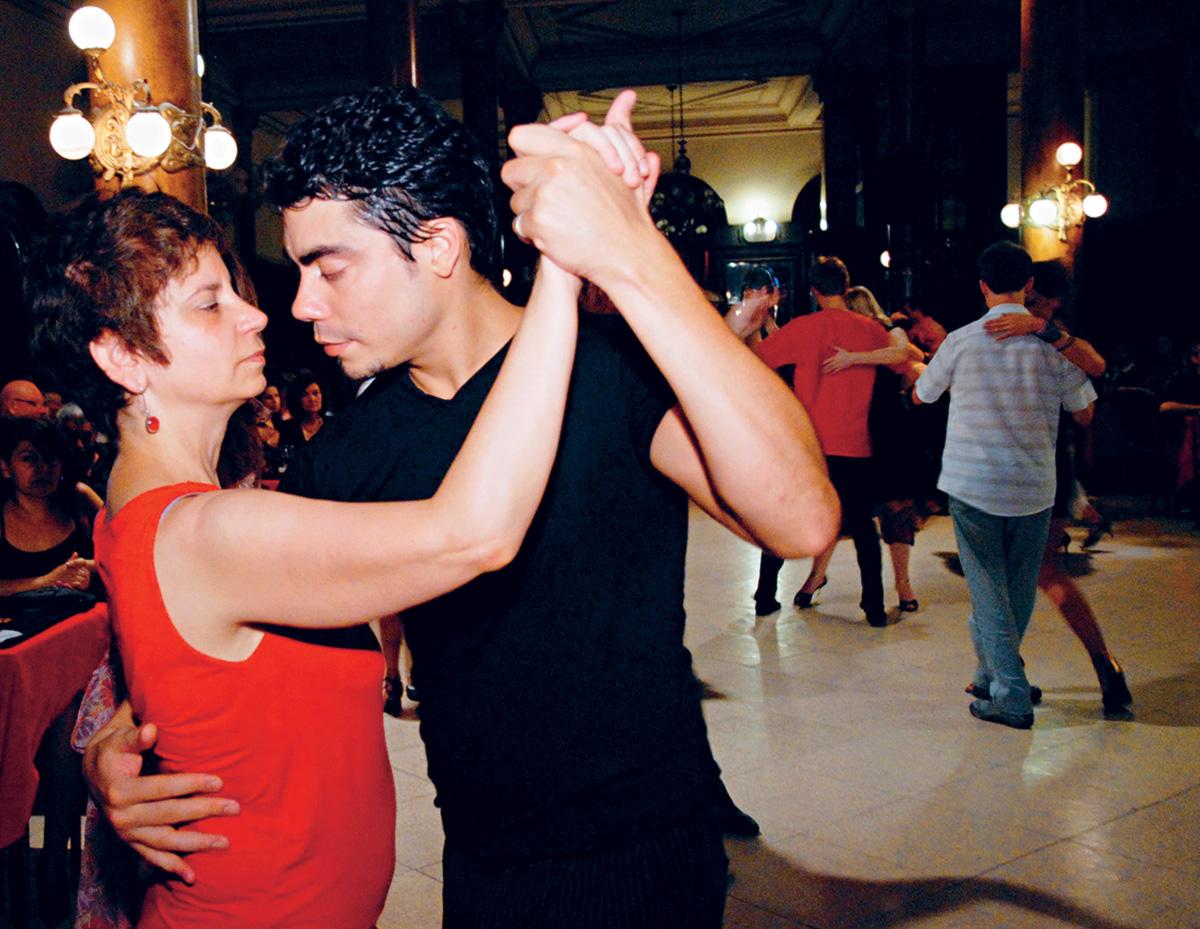 Além de ser proibido olhar para o chão, aprendi que no tango é sacrilégio conversar enquanto se dança. O ritual exige silêncio. A dama que se entrega por completo ao parceiro pode, inclusive, dançar de olhos fechados