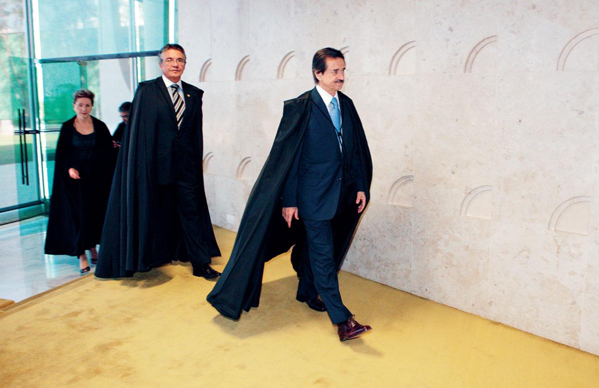 """Os ministro Cezar Peluso, Marco Aurélio Mello e Ellen Gracie entram na plenária do Supremo Tribunal Federal, que Eros Grau chama de """"ninho de vaidades e de pouca lealdade"""". Seus colegas, em contrapartida, o chamam de """"Eurograu"""", de tanto que ele viaja para a Europa"""