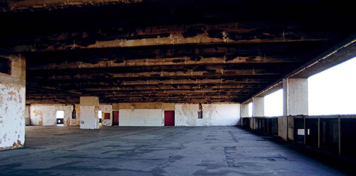No 6º andar do prédio modernista de janelas contínuas ficava a redação, que chegou a abrigar 300 jornalistas. A estrutura de grandes vãos e forma horizontal tornou-se um marco