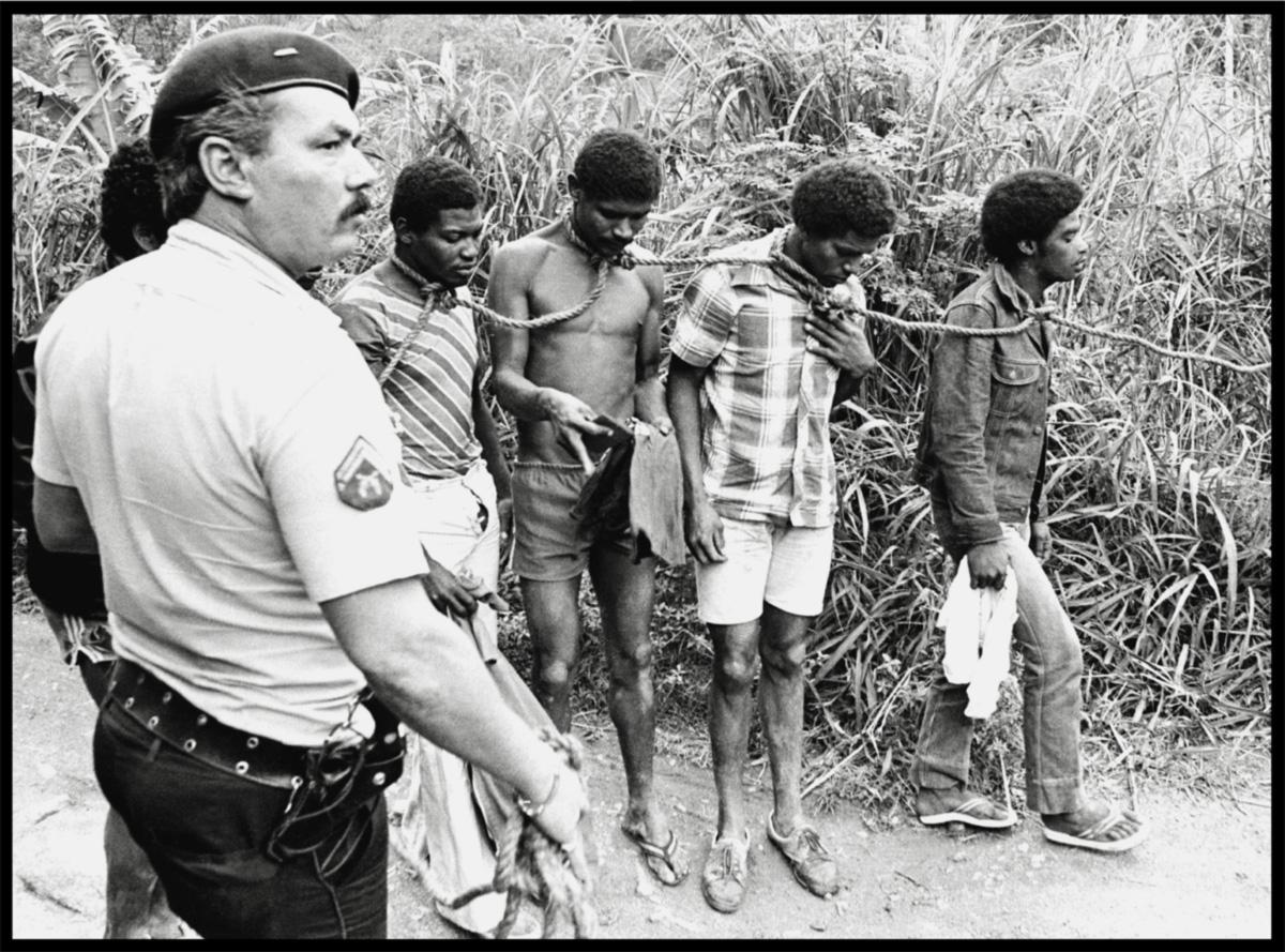 """<i>Elite da Tropa</i> integra a linha da continuidade histórica que sai da escravidão, passa pela foto """"Todos Negros"""" e chega a um relatório de 2006, da ONU: 70% dos jovens assassinados no Brasil são negros"""