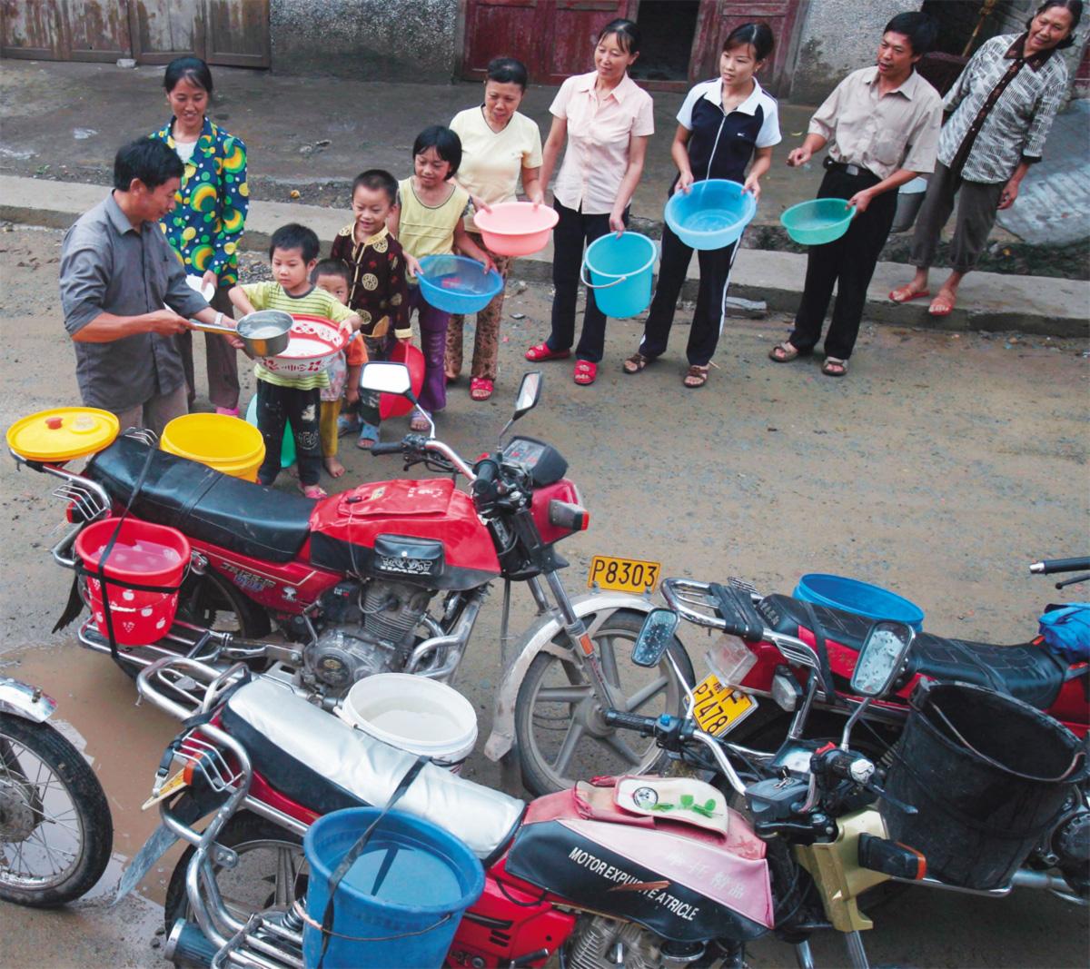 Moradores de bairros pobres de grandes cidades da Indonésia, Quênia ou China (na foto, Chongqing, 2006) pagam de 5 a 10 vezes mais pela água que usam do que consumidores em Londres ou Nova York