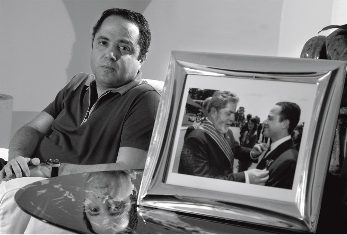 """""""Apesar de Kalil ser um político vestido de branco, ele é muito discreto, muito tímido"""", disse sua mulher. No governo Lula, o médico passava finais de semana com a família na Granja do Torto. Acima, em sua casa, exibe um dos retratos com o amigo, paciente e companheiro de pescaria"""