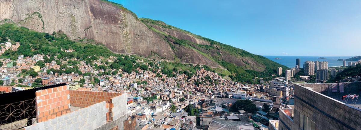 Não é de hoje que o fascínio estrangeiro pelas favelas vira motivo de desconforto e vergonha para boa parte dos cidadãos do asfalto. O comitê organizador da Olimpíada do Rio eliminou as favelas, como a Rocinha, do filme promocional que exibiu para o COI em 2009; realiza-se, como num passe de mágica, o desejo de remover a população pobre do coração da cidade