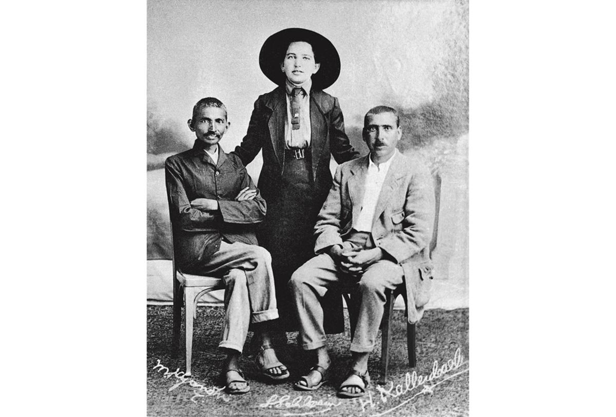 Gandhi, sua governanta e Kallenbach. Os dois homens tiveram um relacionamento íntimo e ambíguo. Moraram juntos e trocaram cartas por muito tempo