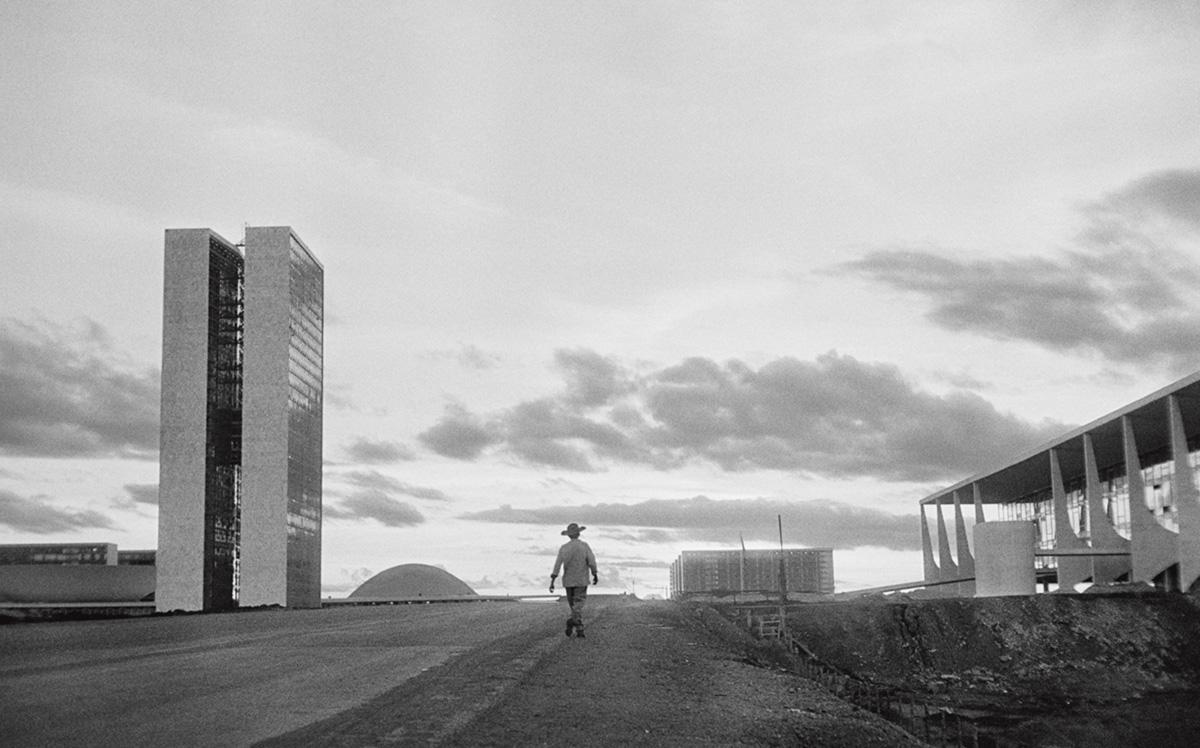 Nossa ideia de espaço público, até pisar na Praça dos Três Poderes, se limitava à Plaza de Mayo. A diferença não vinha só da beleza, que nos deixou atônitos, enquanto caminhávamos de um extremo a outro pela esplanada. A diferença é que a praça de Brasília estava deserta. Não havia ninguém lá