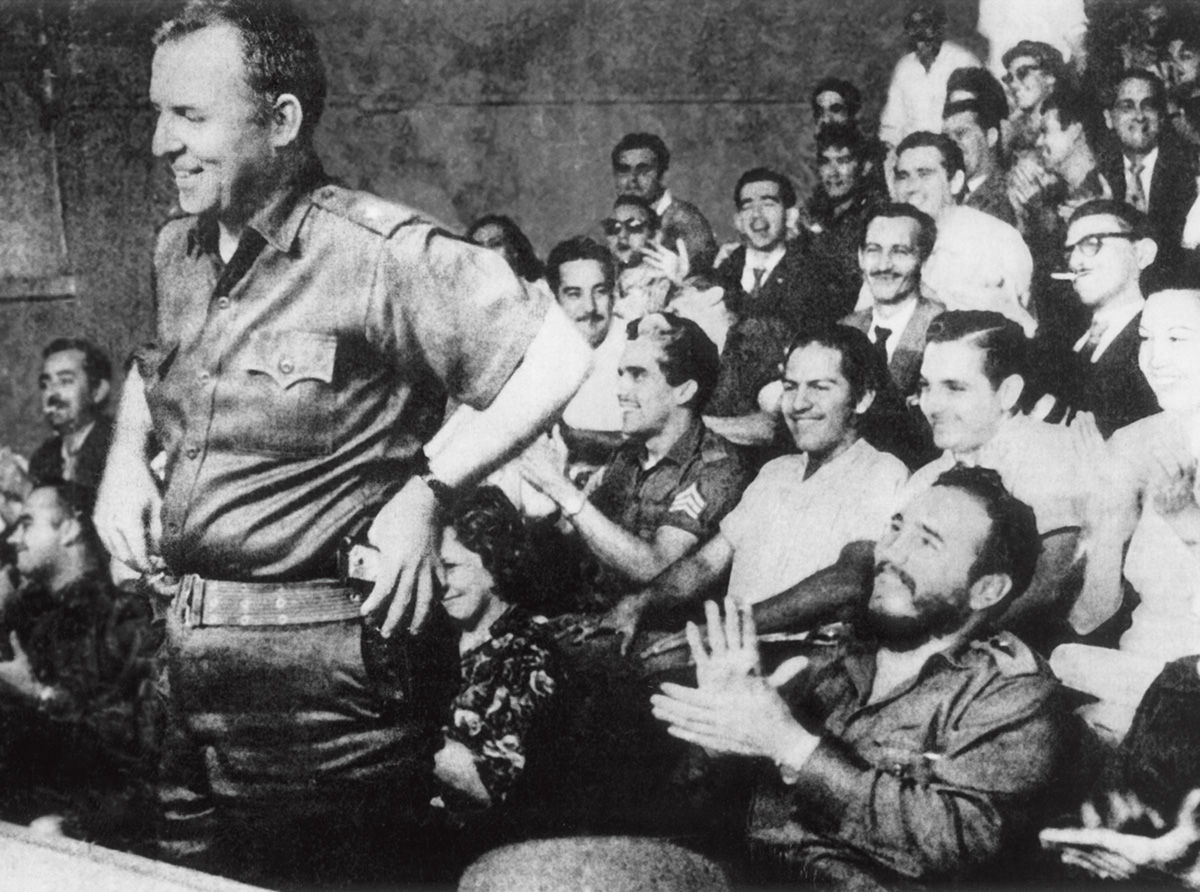 """William Alexander Morgan é aplaudido por Fidel Castro em Havana em 1959. Um enigma para o FBI, a CIA e os rebeldes, Morgan disse que se juntou à revolução porque """"a coisa mais importante para homens livres é proteger a liberdade de outros homens"""""""