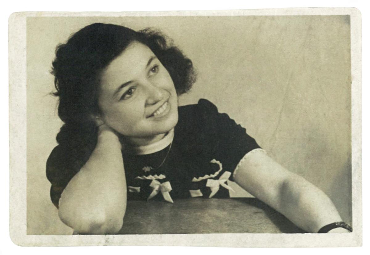 """Liwia Jaffe, na cidade sérvia de Backa Palanka, em foto de 1946. Meses antes, ela havia escrito em seu diário: """"Pedimos ao alemão que não nos torture mais; não queremos mais viver."""""""