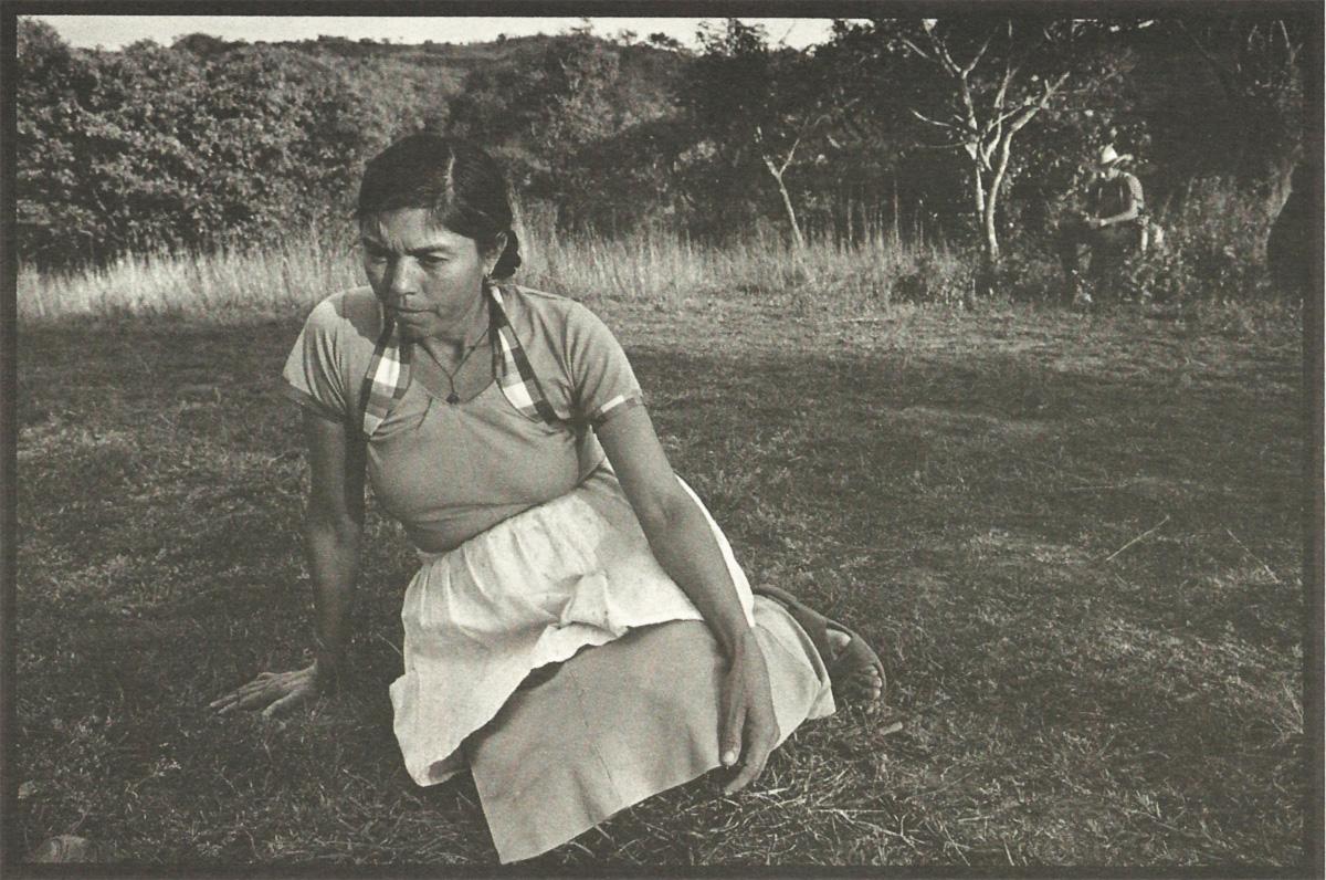 Rufina Amaya se escondeu atrás das árvores, enquanto seu grupo era conduzido para a execução. Ela ouviu os gritos dos próprios filhos sendo mortos