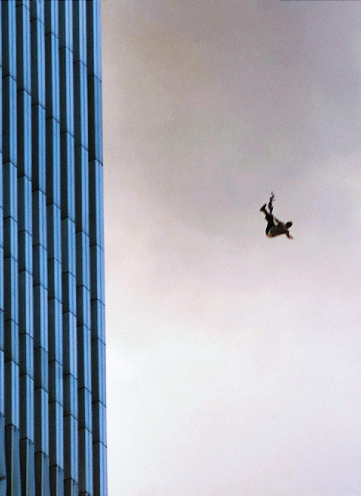 """<i>Fotografia do 11 de setembro</i>, de Szymborska: """"A fotografia os manteve em vida e agora os preserva acima da terra rumo à terra"""""""
