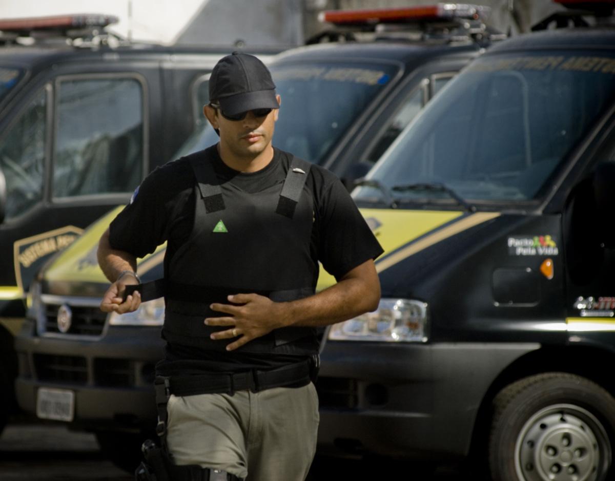 Com dinheiro contado e atividades mis, Leonardo integra uma equipe que transporta presos na região do Recife. Entre missões que emperram por bagunça administrativa, ele conseguiu casar e operar o apêndice na mesma semana