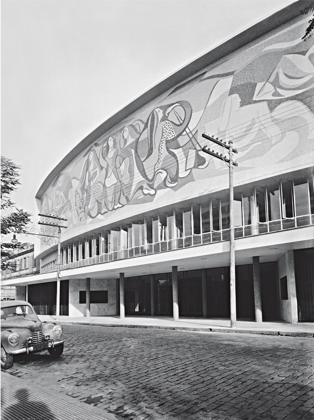 Para o painel da fachada, a Sociedade de Cultura Artística promoveu um concurso entre Di Cavalcanti, Burle Marx e Jacob Ruchti. Venceu o figurativismo de Di Cavalcanti