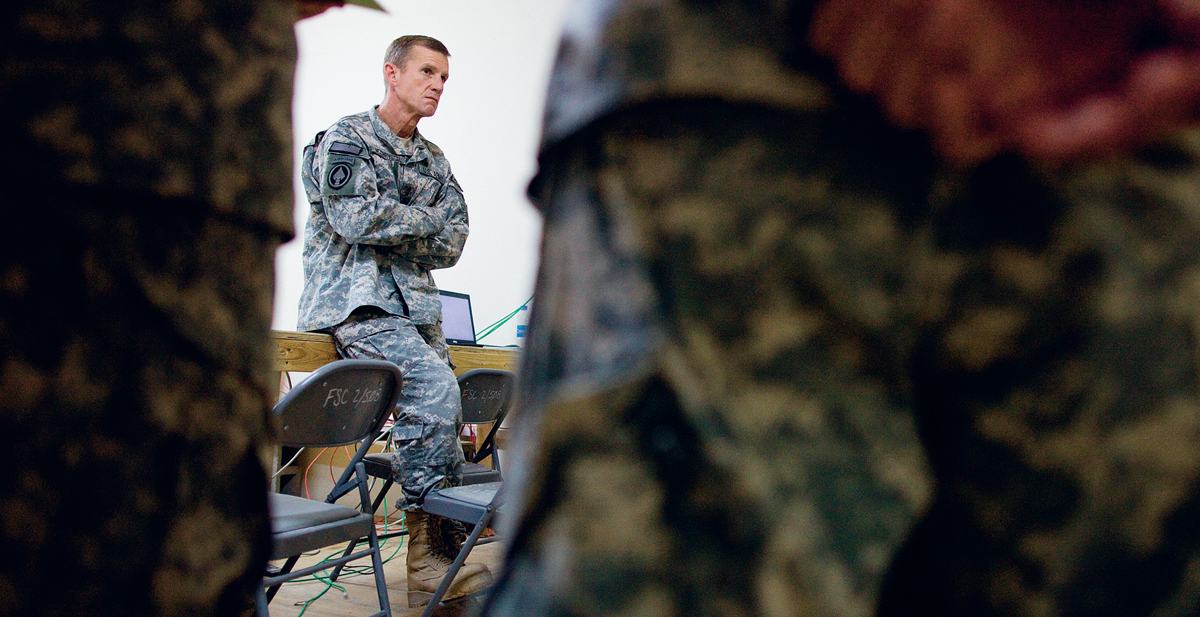 Um mesmo homem: o comandante das operações especiais no Iraque, com missão de matar e capturar insurgentes, agora deve derrotar o Talibã no Afeganistão com outros métodos. A margem de erro para os americanos reduziu-se a zero