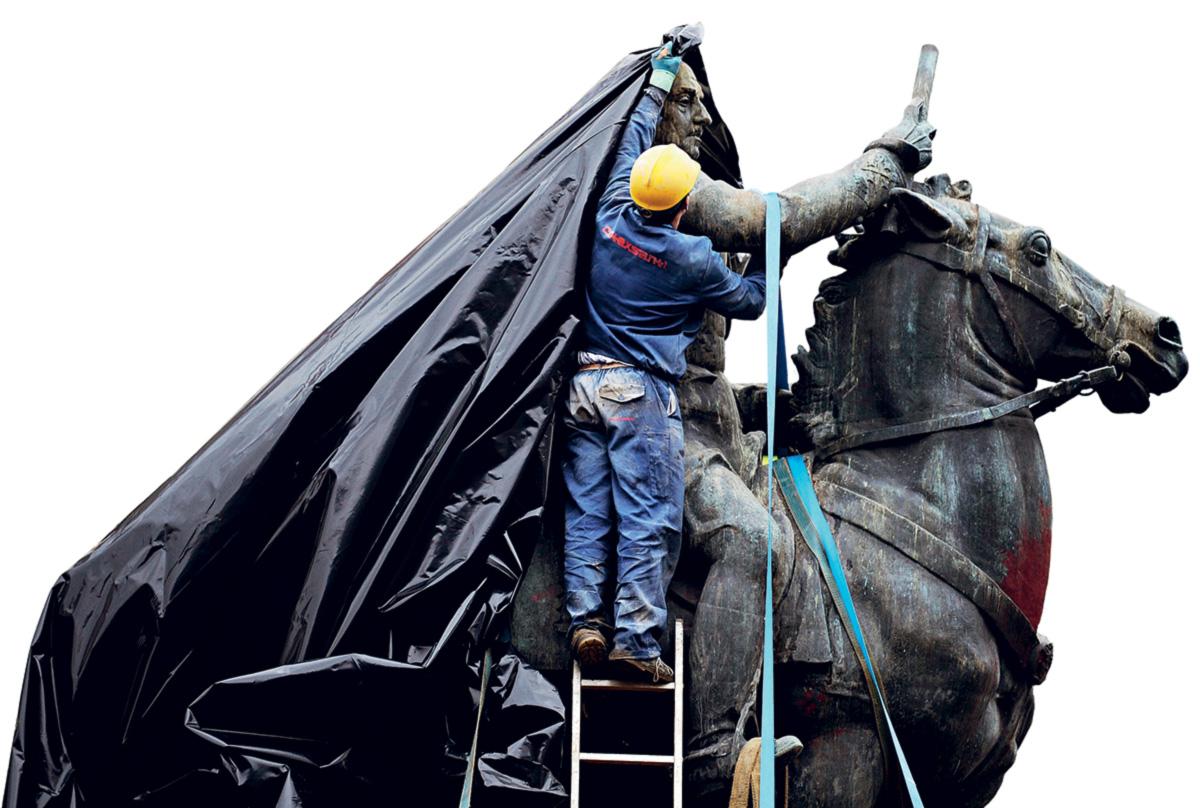 """Para a oposição, a clausura da estátua de Franco não passa de """"ocultação estética da ditadura"""". Para o prefeito de Ferrol, foi a solução mais barata"""