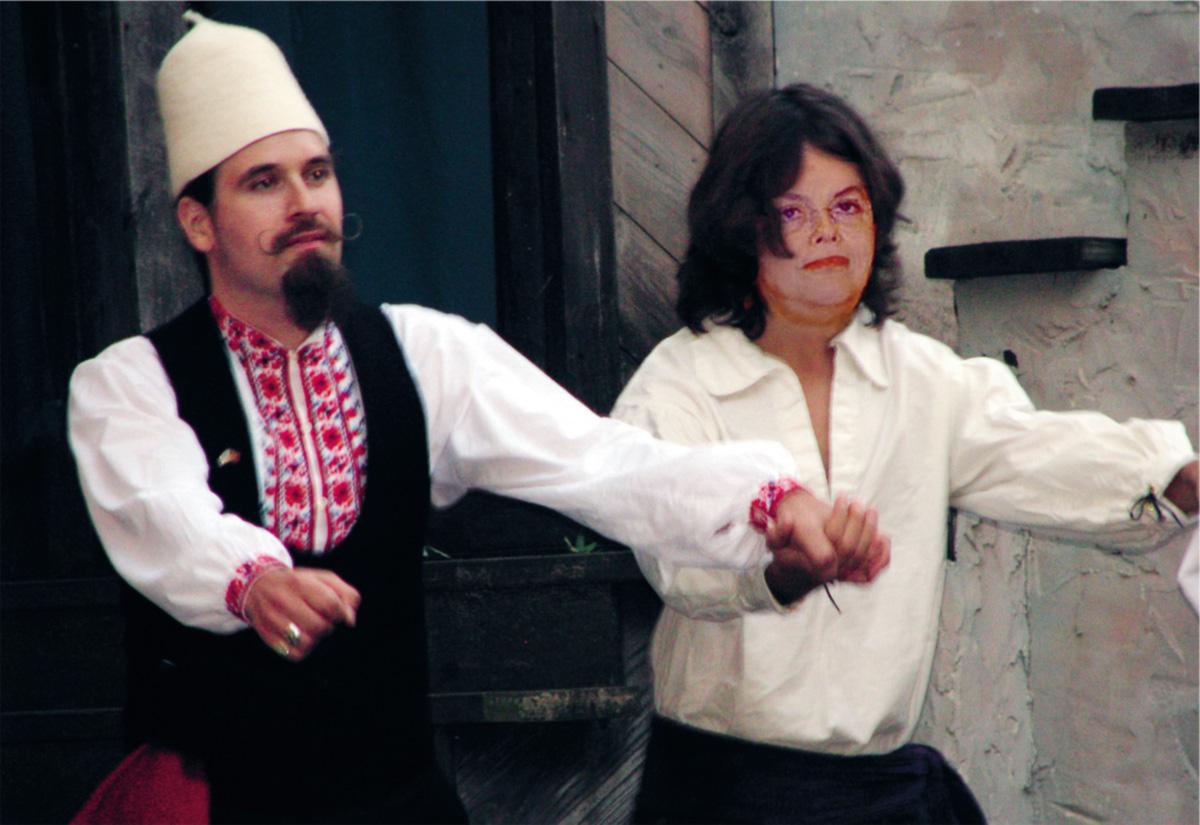 Holegárion Ribamarov, editor-chefe de <i>The Bûlgaria Herród</i>, e uma amiga