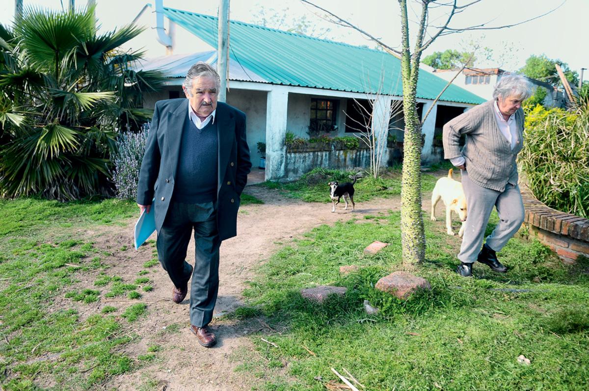 Mujica não quis viver na residência oficial, o palácio de Suárez y Reyes, mas ele e sua chácara passaram por modificações: o presidente foi barbeado e obrigado a usar blazer (gravata, jamais). Na casa, foram instaladas câmeras de vigilância