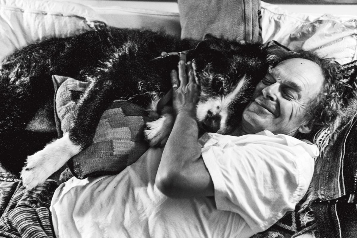 Cockburn e seu cão Jasper; irreverente, ele gostava de invocar um antepassado que tomou a Casa Branca na guerra anglo-americana de 1812