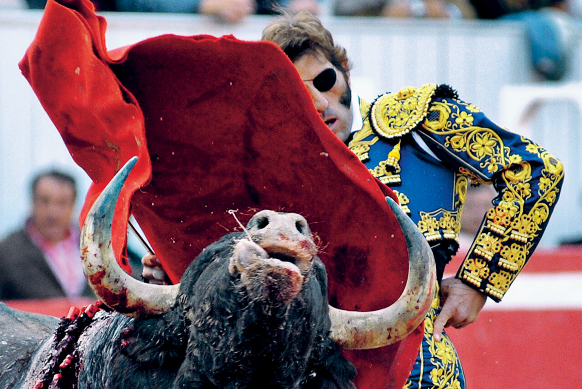 No dia 7 de outubro de 2011, Juan José Padilha foi atingido por um outro. O chifre entrou pelo maxilar e lhe arrancou o olho esquerdo. Em março, ele voltou à arena. Fisicamente limitado, o pirata é a melhor imagem de um espetáculo em decadência, mas ainda muito arraigado na vida espanhola