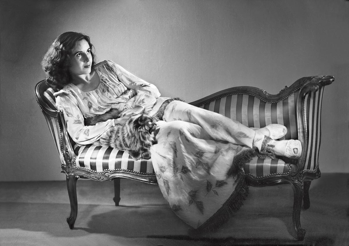 Jovem aspirante a atriz, Eva fez uma sessão de fotos em poses meio mundanas numa <i>i chaise-longue </i> de cetim; o gato teria sido um presente do general Pablo Ramírez, que foi presidente de fato depois do golpe de 1934. Os serviços de inteligência tentaram depois confiscar os negativos